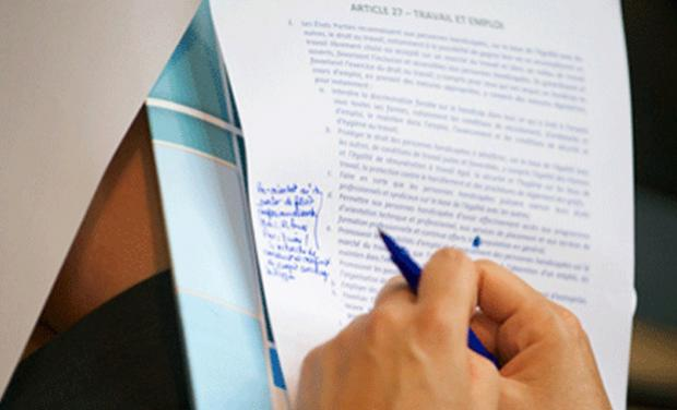 image d'une main écrivant sur un papier